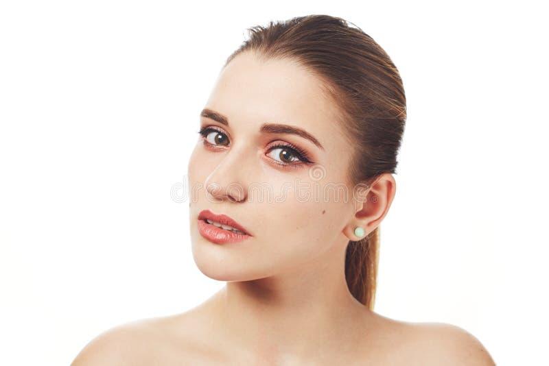 Sluit omhoog geschoten van mooie mooie jonge vrouw met maken omhooggaand en de gezonde zuivere huid stelt tegen witte studioachte royalty-vrije stock foto's
