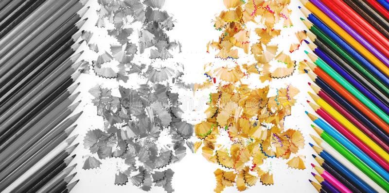 Sluit omhoog geschoten van potloodkleurpotloden en het potlood schetst spaanders op witte achtergrond In kleur en zwart-wit royalty-vrije illustratie