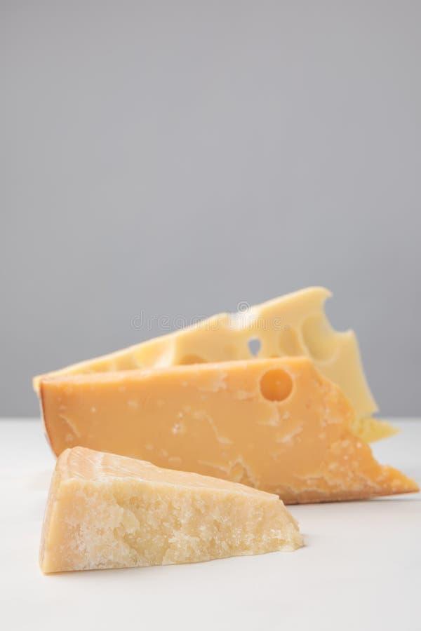 Sluit omhoog geschoten van verschillende types van kaas op grijs royalty-vrije stock afbeeldingen