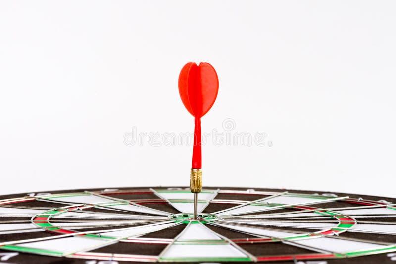 Sluit omhoog geschotene groene en rode pijltjespijlen in het doelcentrum stock afbeelding