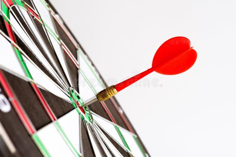 Sluit omhoog geschotene groene en rode pijltjespijlen in het doelcentrum stock foto