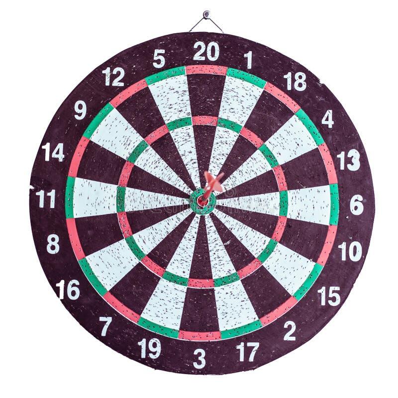 Sluit omhoog geschotene rode pijltjepijl op centrum van dartboard stock fotografie