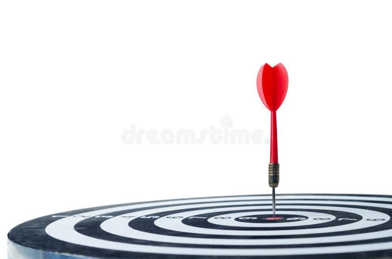 Sluit omhoog geschotene rode pijltjepijl op Geïsoleerd centrum van dartboard stock afbeelding