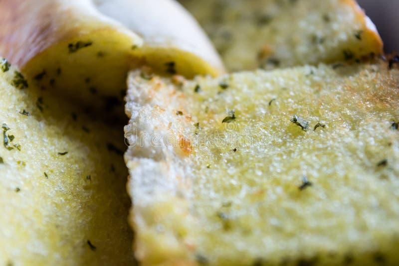 Sluit omhoog gesneden homemeade knoflookbrood met niemand royalty-vrije stock foto's