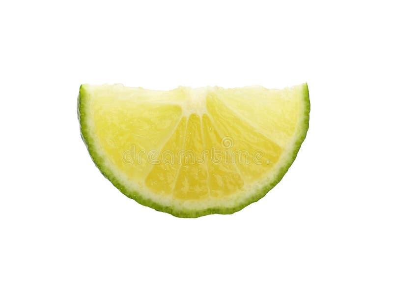 Sluit omhoog gesneden plak van groene kalk over wit stock fotografie