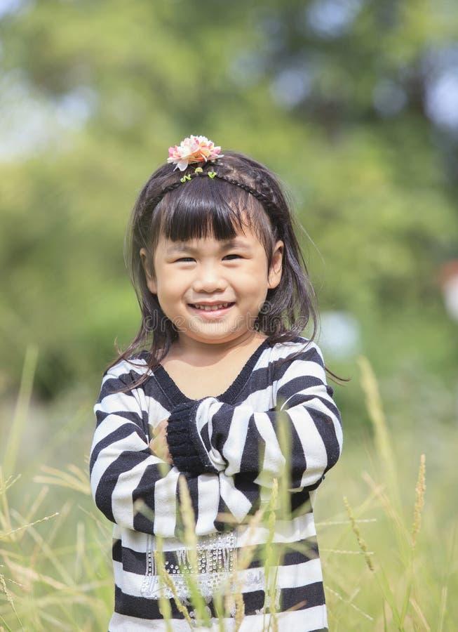 Sluit omhoog gezicht van Aziatisch kinderen toothy het glimlachen gezichtsgeluk em royalty-vrije stock afbeelding