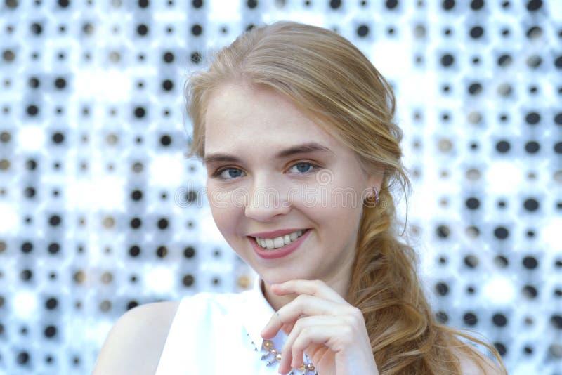 Sluit omhoog gezicht van glimlachende vrouw met Europese verschijning royalty-vrije stock foto
