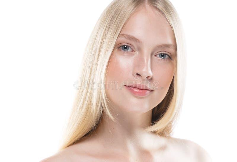 Sluit omhoog gezichtsvrouw met schoonheidshuid en beautful blond haar ISO stock afbeelding