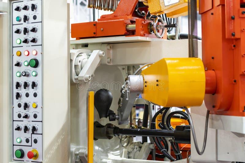 Sluit omhoog gietlepel en mechanisch wapen van de gegoten machine van het hoge drukaluminium matrijs en ander detail tijdens het  royalty-vrije stock afbeelding