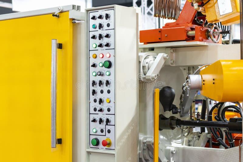 Sluit omhoog gietlepel en mechanisch wapen van de gegoten machine van het hoge drukaluminium matrijs en ander detail tijdens het  royalty-vrije stock foto