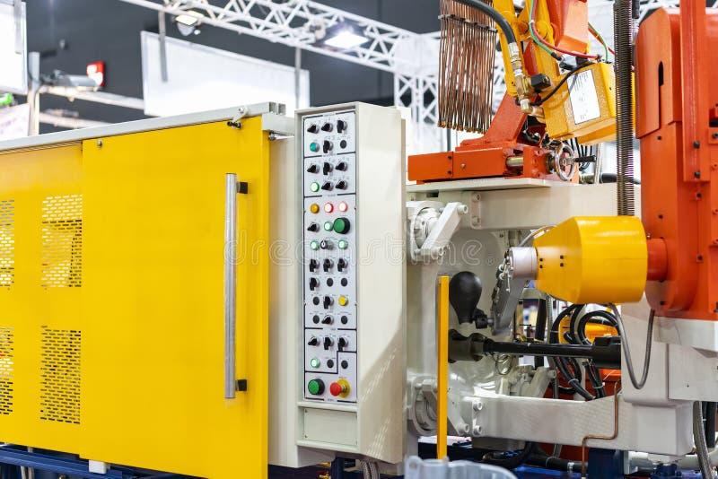 Sluit omhoog gietlepel en mechanisch wapen van de gegoten machine van het hoge drukaluminium matrijs en ander detail tijdens het  stock afbeeldingen