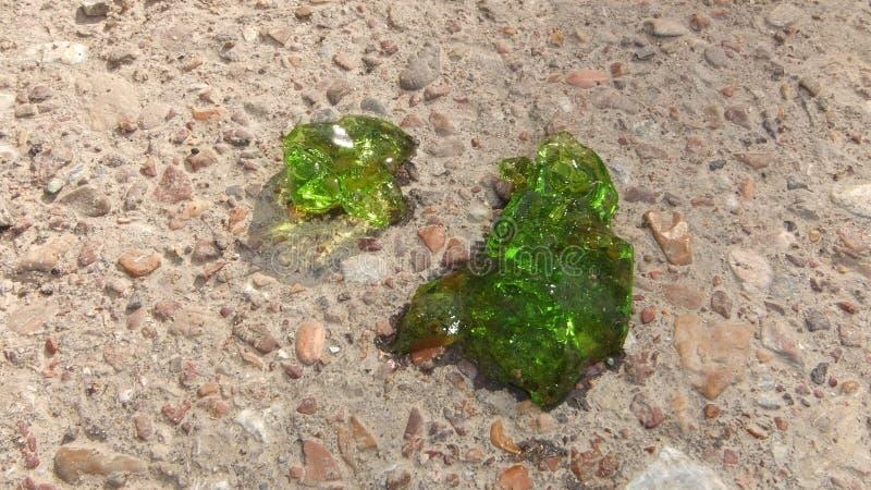Sluit omhoog groen beeld over kristalprotoplasma met smaragdgroene kleur op de achtergrond van zand en grint, kristallisatie vree royalty-vrije stock fotografie