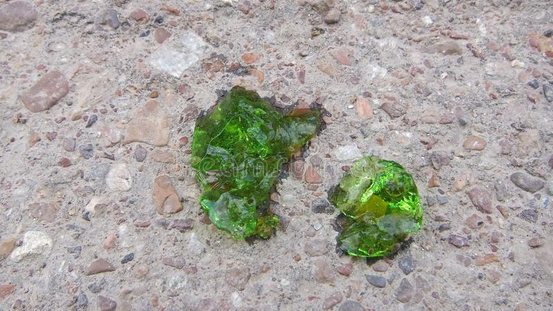 Sluit omhoog groen beeld over kristalprotoplasma met smaragdgroene kleur op de achtergrond van zand en grint, kristallisatie vree royalty-vrije stock afbeelding