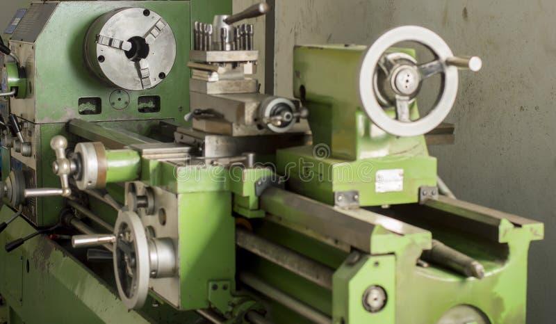 Sluit omhoog groene draaibankmachine in fabriek stock foto