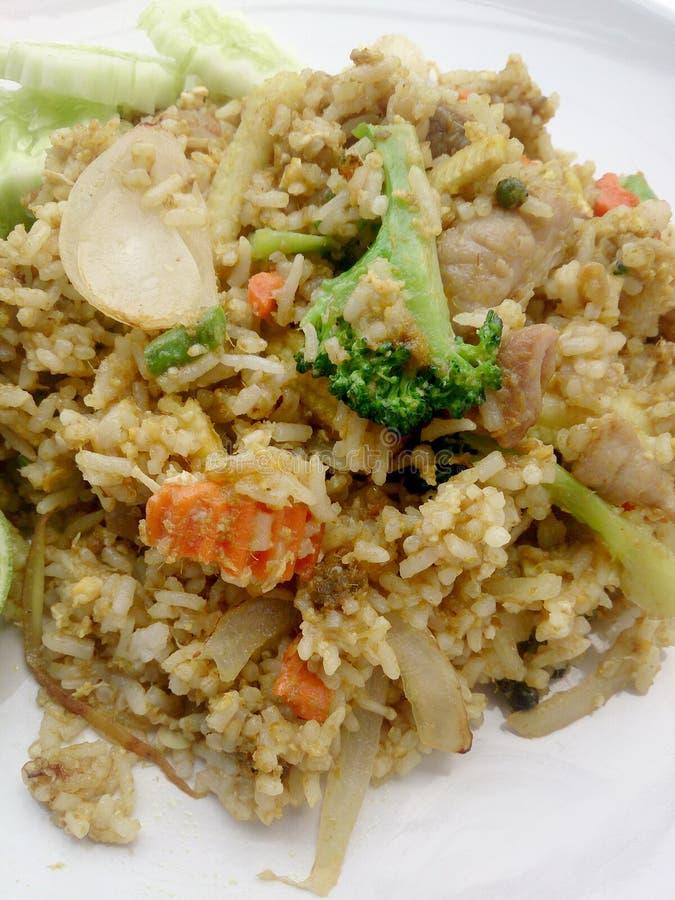 Sluit omhoog groene kerrie gebraden rijst op schotel, Heerlijke gebraden rijst met kippen groene kerrie, Thais Voedsel stock afbeelding