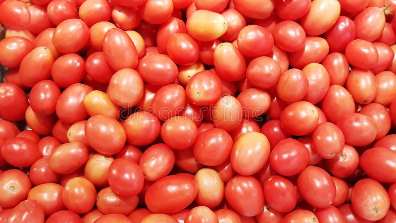 Sluit omhoog groep gestapelde tomaten, mooie tomatenachtergrond royalty-vrije stock fotografie