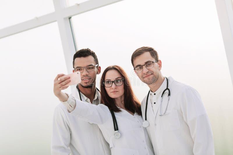 Sluit omhoog groep medische artsen die selfies nemen royalty-vrije stock foto's