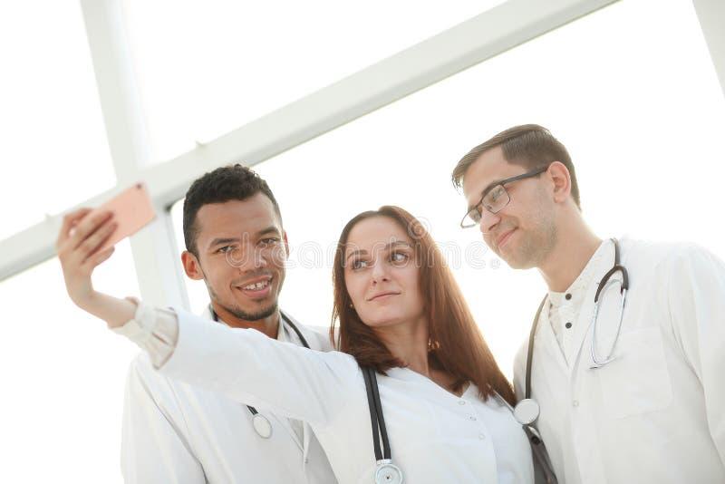 Sluit omhoog groep medische artsen die selfies nemen stock afbeeldingen