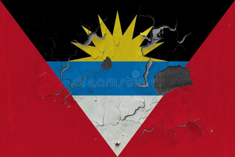Sluit omhoog grungy, beschadigde en doorstane Antigua en vlag van Barbuda bij de muurschil van verf om binnenoppervlakte te zien royalty-vrije stock afbeelding