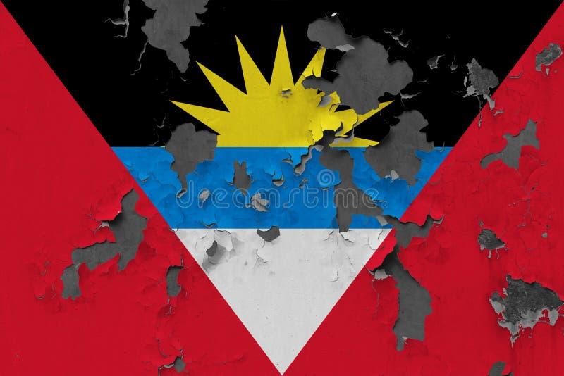 Sluit omhoog grungy, beschadigde en doorstane Antigua en vlag van Barbuda bij de muurschil van verf om binnenoppervlakte te zien stock foto's