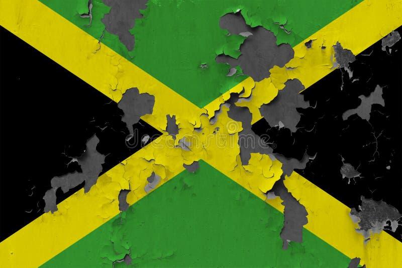 Sluit omhoog grungy, beschadigde en doorstane Jamaïca-vlag bij de muurschil van verf om binnenoppervlakte te zien royalty-vrije stock foto