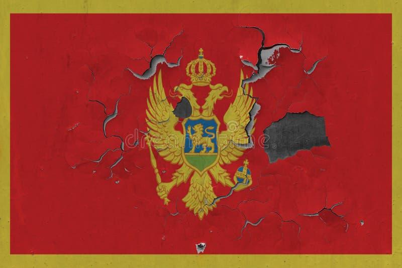 Sluit omhoog grungy, beschadigde en doorstane Montenegro vlag bij de muurschil van verf om binnenoppervlakte te zien vector illustratie