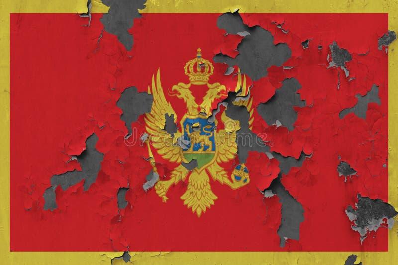 Sluit omhoog grungy, beschadigde en doorstane Montenegro vlag bij de muurschil van verf om binnenoppervlakte te zien stock illustratie