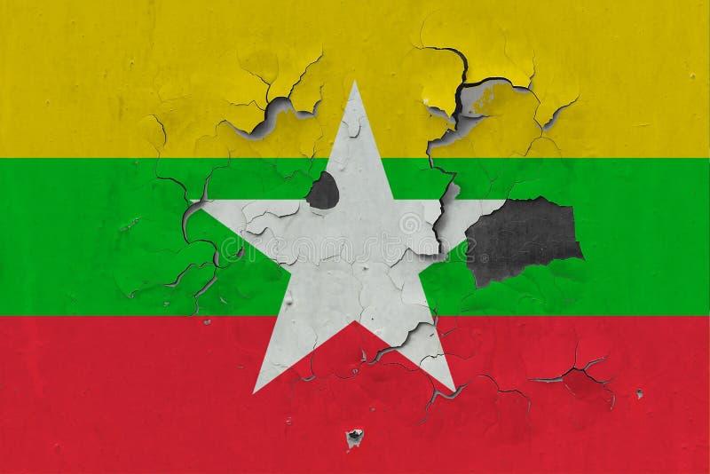 Sluit omhoog grungy, beschadigde en doorstane Myanmar vlag bij de muurschil van verf om binnenoppervlakte te zien royalty-vrije illustratie
