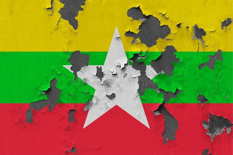 Sluit omhoog grungy, beschadigde en doorstane Myanmar vlag bij de muurschil van verf om binnenoppervlakte te zien vector illustratie
