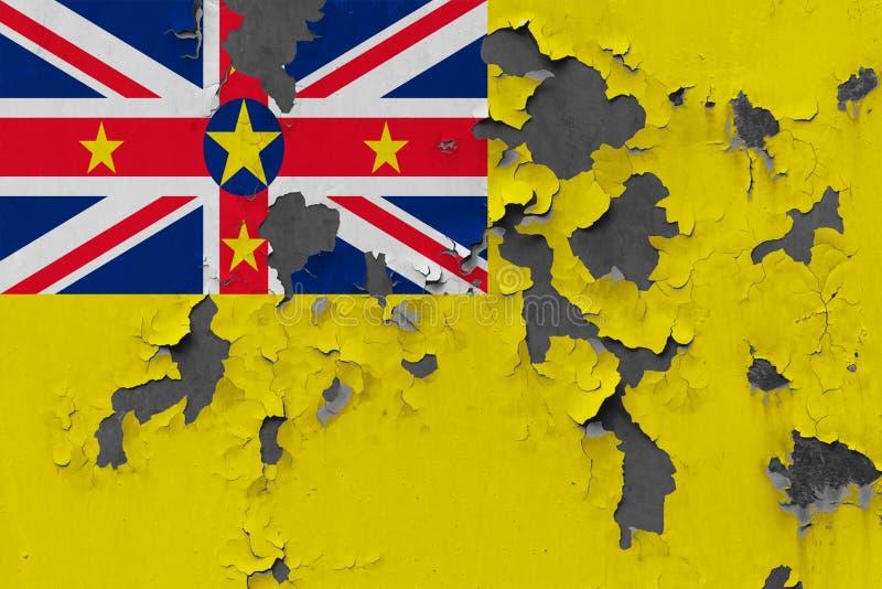 Sluit omhoog grungy, beschadigde en doorstane Niue-vlag bij de muurschil van verf om binnenoppervlakte te zien stock illustratie