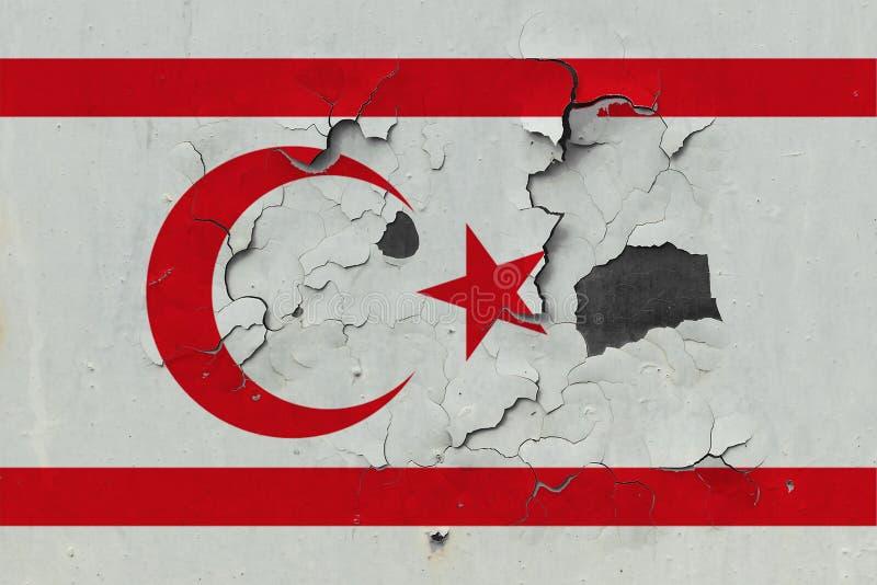 Sluit omhoog grungy, beschadigde en doorstane Noordelijke vlag van Cyprus bij de muurschil van verf om binnenoppervlakte te zien vector illustratie