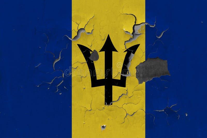 Sluit omhoog grungy, beschadigde en doorstane vlag van Barbados bij de muurschil van verf om binnenoppervlakte te zien royalty-vrije stock foto's