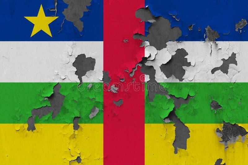 Sluit omhoog grungy, beschadigde en doorstane vlag van de Centraalafrikaanse Republiek bij de muurschil van verf om binnenoppervl royalty-vrije stock foto's
