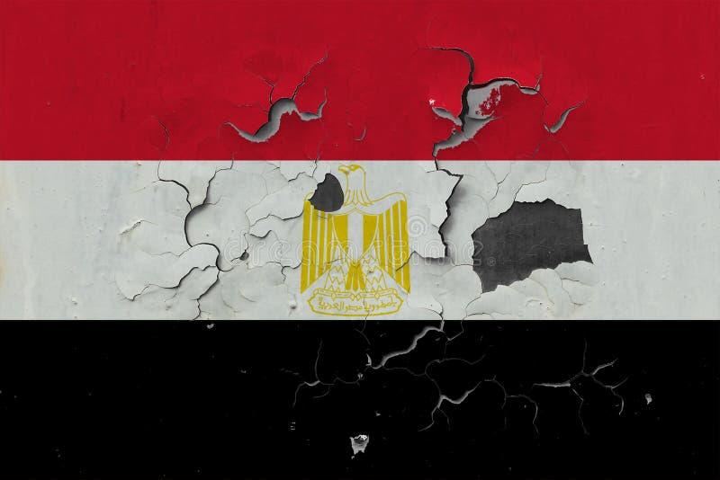 Sluit omhoog grungy, beschadigde en doorstane vlag van Egypte bij de muurschil van verf om binnenoppervlakte te zien stock foto