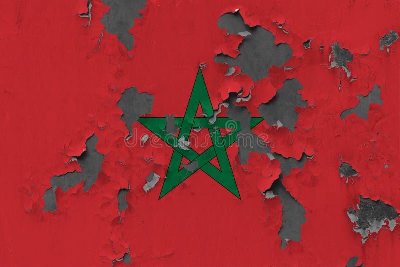 Sluit omhoog grungy, beschadigde en doorstane vlag van Marokko bij de muurschil van verf om binnenoppervlakte te zien stock illustratie