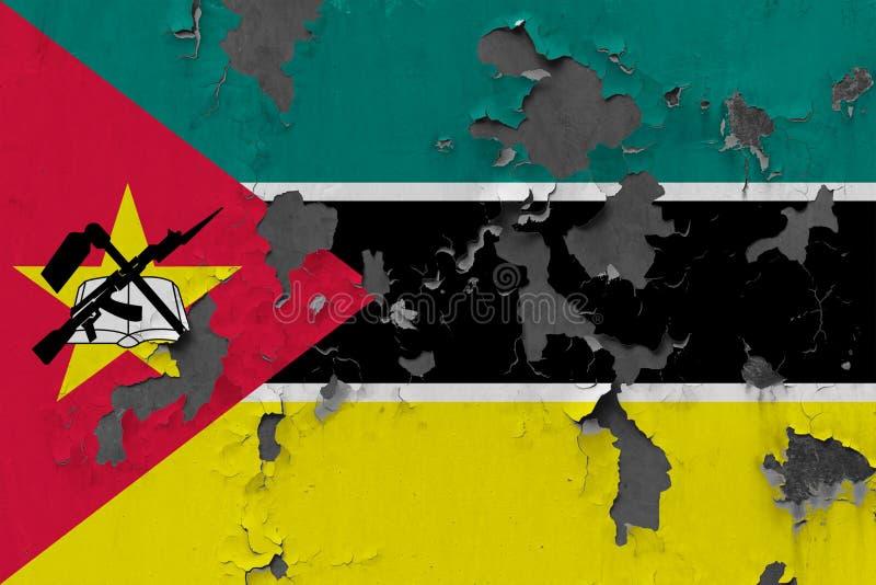 Sluit omhoog grungy, beschadigde en doorstane vlag van Mozambique bij de muurschil van verf om binnenoppervlakte te zien vector illustratie