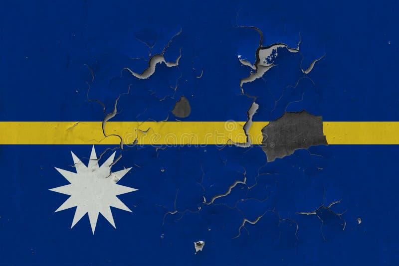 Sluit omhoog grungy, beschadigde en doorstane vlag van Nauru bij de muurschil van verf om binnenoppervlakte te zien stock illustratie
