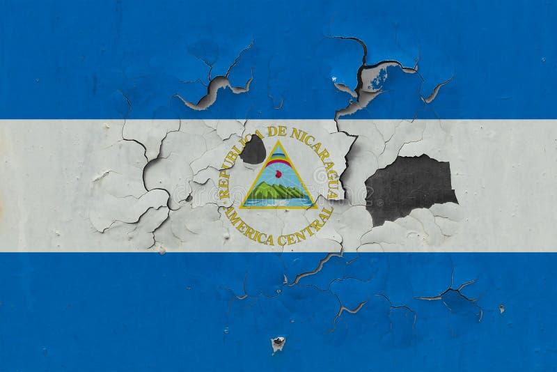 Sluit omhoog grungy, beschadigde en doorstane vlag van Nicaragua bij de muurschil van verf om binnenoppervlakte te zien stock illustratie