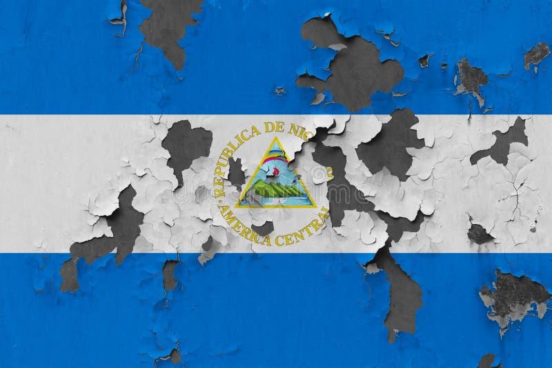 Sluit omhoog grungy, beschadigde en doorstane vlag van Nicaragua bij de muurschil van verf om binnenoppervlakte te zien royalty-vrije illustratie