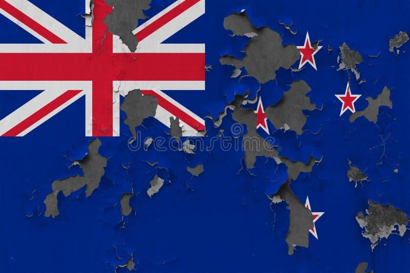 Sluit omhoog grungy, beschadigde en doorstane vlag van Nieuw Zeeland bij de muurschil van verf om binnenoppervlakte te zien royalty-vrije illustratie
