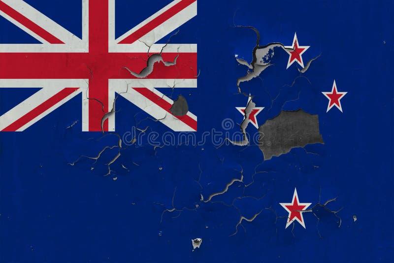Sluit omhoog grungy, beschadigde en doorstane vlag van Nieuw Zeeland bij de muurschil van verf om binnenoppervlakte te zien vector illustratie