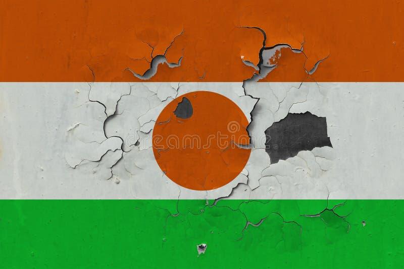 Sluit omhoog grungy, beschadigde en doorstane vlag van Niger bij de muurschil van verf om binnenoppervlakte te zien vector illustratie