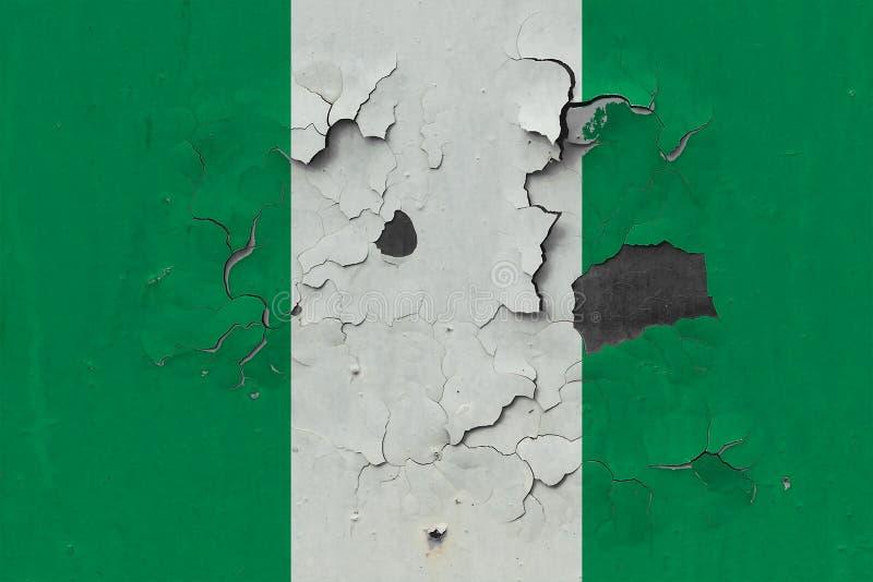 Sluit omhoog grungy, beschadigde en doorstane vlag van Nigeria bij de muurschil van verf om binnenoppervlakte te zien vector illustratie