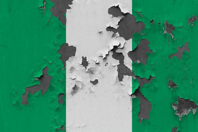 Sluit omhoog grungy, beschadigde en doorstane vlag van Nigeria bij de muurschil van verf om binnenoppervlakte te zien stock illustratie