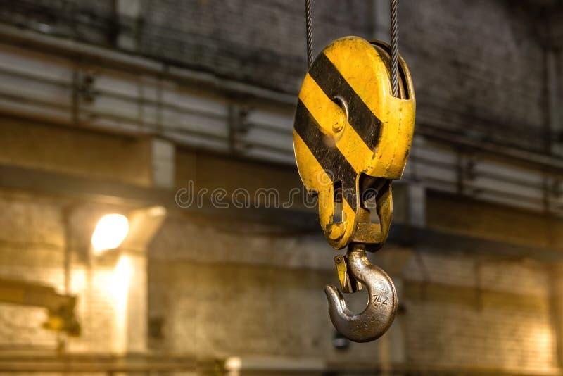 Sluit omhoog haakkraan van luchtkraan in fabriek, het concept van het machinedeel royalty-vrije stock foto's