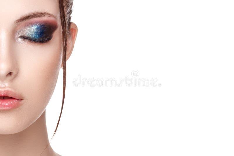 Sluit omhoog half gezichtsportret van meisje met perfecte verse schone huid, jong model met mooie betoverende make-up royalty-vrije stock afbeeldingen
