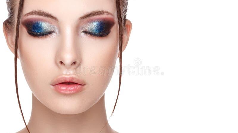 Sluit omhoog half gezichtsportret van meisje met perfecte verse schone huid, jong model met mooie betoverende make-up, het natte  stock fotografie