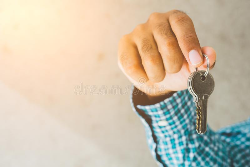Sluit omhoog hand binnenshuis houdend zeer belangrijk stock afbeelding