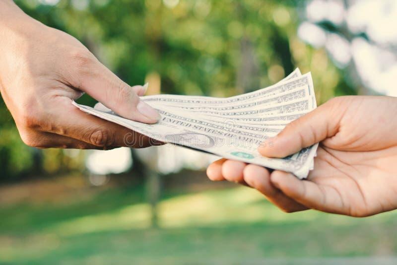 Sluit omhoog hand die geld geven stock foto
