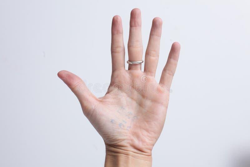 Sluit omhoog hand met zilveren die ring op witte achtergrond wordt geïsoleerd royalty-vrije stock afbeeldingen